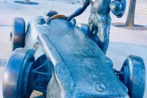 ベンツの銅像