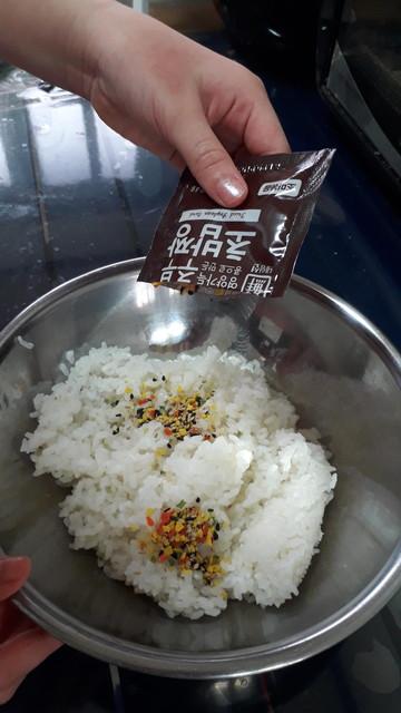 ご飯にお酢とフレークを混ぜる