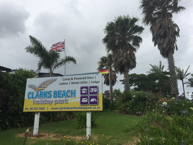 CLARKS-BEACHの看板