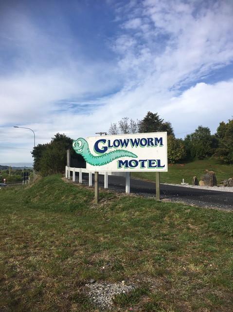 GLOWWORM-MOTELの看板