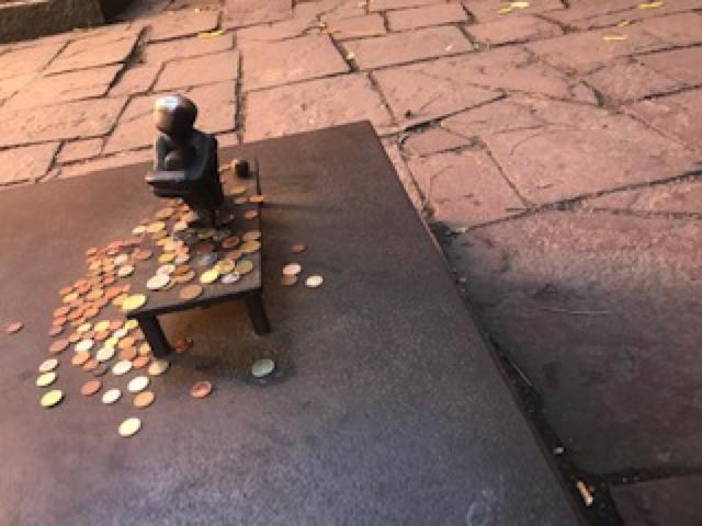 アイアンボーイの像